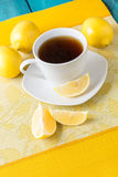 Taza de té/de café y de limones Imágenes de archivo libres de regalías