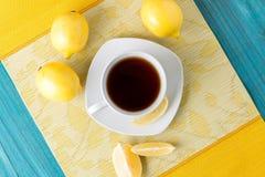Taza de té/de café y de limones Foto de archivo libre de regalías