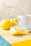 Taza de té/de café y de limones Imagenes de archivo