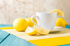 Taza de té/de café y de limones Fotografía de archivo