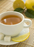 Taza de té y de limones Imágenes de archivo libres de regalías