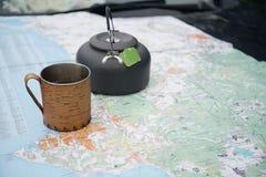 Taza de té y de mapa Imagenes de archivo