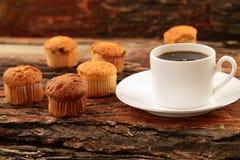 Taza de tortas del café y del mollete Foto de archivo