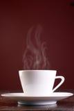 Taza de tratar el café con vapor caliente Fotos de archivo libres de regalías