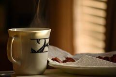 Taza de tratar el café con vapor caliente Fotografía de archivo