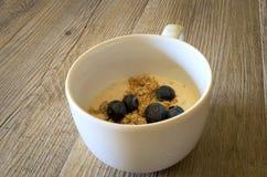 Taza de yougurt con los arándanos Imagen de archivo