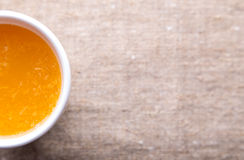Taza de zumo de naranja fresco fotos de archivo libres de regalías