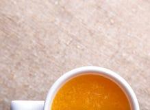 Taza de zumo de naranja fresco imagen de archivo libre de regalías
