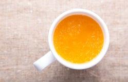 Taza de zumo de naranja fresco Fotografía de archivo libre de regalías