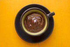 Taza decorativa de chocolate de la oscuridad del artesano Fotografía de archivo