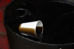 Taza del aceite y del plástico Fotografía de archivo