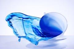Taza del agua azul del chapoteo Fotografía de archivo libre de regalías