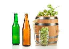 Taza del barril con los saltos y la cerveza Imágenes de archivo libres de regalías
