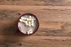 Taza del cacao en la tabla de madera Imagen de archivo