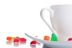 Taza del café con leche con las melcochas Foto de archivo libre de regalías