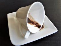 Taza del café con leche Café derramado Fotos de archivo