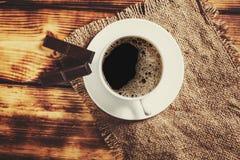 Taza del café con leche en fondo Imágenes de archivo libres de regalías