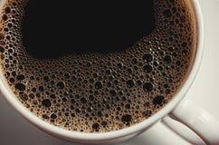 Taza del café con leche en fondo Imagen de archivo libre de regalías