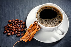 Taza del café con leche en fondo Imagen de archivo