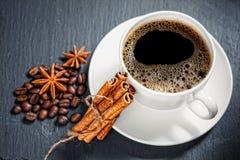 Taza del café con leche en fondo Fotos de archivo
