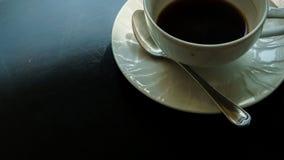 Taza del café con leche en la tabla Fotos de archivo
