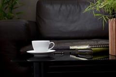 Taza del café con leche en la tabla de cristal Fotos de archivo