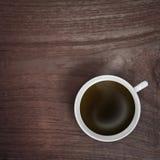 Taza del café con leche en la tabla de madera Imágenes de archivo libres de regalías