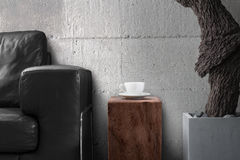 Taza del café con leche en la tabla de madera en sala de estar gris Foto de archivo