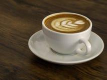 taza del café con leche en la tabla de madera, tiempo del café fotos de archivo
