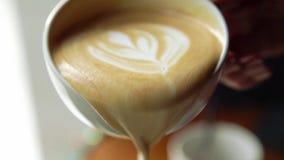 Taza del café con leche con espuma gruesa de la leche y galletas, primer en una tabla de madera Concepto de café del descanso par almacen de metraje de vídeo