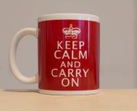 Taza del café con leche rojo y con el mensaje Imagenes de archivo