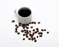 Taza del café con leche y granos de café Imagen de archivo