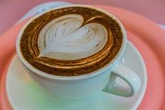 Taza del café, desmoche del chocolate con el corazón blanco foto de archivo
