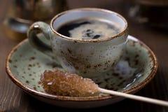Taza del café express con el azúcar marrón Imagen de archivo
