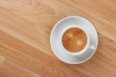 Taza del café express en el vector de madera Imágenes de archivo libres de regalías