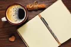 Taza del café express y diario abierto del vintage Imágenes de archivo libres de regalías