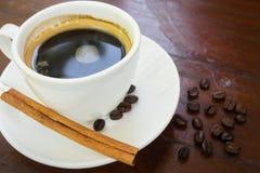 Taza del café sólo con el palillo de canela Imágenes de archivo libres de regalías