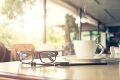 Taza del café sólo en el fondo de madera Fotografía de archivo