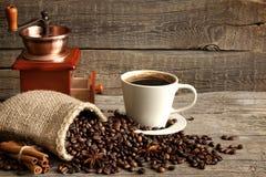 Taza del café y de la amoladora todavía del vintage de vida Foto de archivo