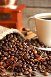 Taza del café y de la amoladora todavía del vintage de vida Fotos de archivo