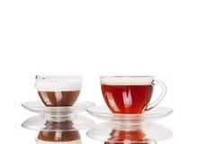 Taza del café y de té aislada en blanco fotografía de archivo
