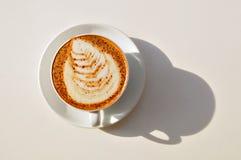 Taza del Cappuccino en el vector blanco foto de archivo libre de regalías