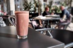 Taza del chocolate caliente en café de la calle imagenes de archivo