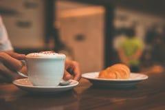 Taza del control de café y de cuchara en el plato fotografía de archivo libre de regalías