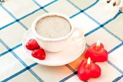 Taza del día del ` s de la tarjeta del día de San Valentín de café con los chocolates dulces en forma de corazón Fotografía de archivo libre de regalías