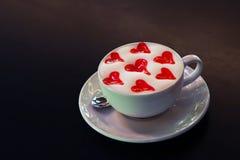 Taza del Latte con los corazones Imagenes de archivo