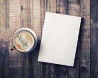 Taza del libro y de café fotos de archivo