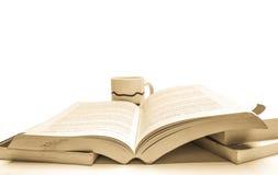 Taza del libro y de café Imagen de archivo