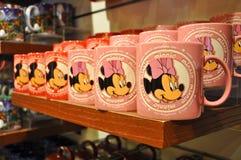 Taza del ratón de Mickey y de Minnie en el almacén de Disney Fotografía de archivo libre de regalías