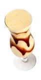 Taza del smoothie de la fruta con el jarabe de chocolate en el fondo blanco Imagen de archivo libre de regalías